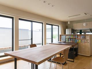 various|高さを2WAYにする事で多様化するテーブル: 一級建築士事務所 SAKAKI Atelierが手掛けた現代のです。,モダン
