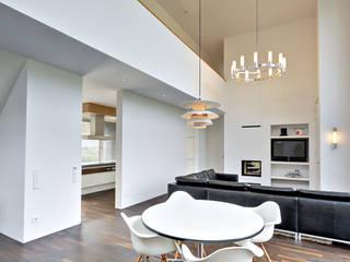 Essbereich in zweigeschossigem Raum:  Esszimmer von Möhring Architekten