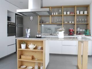 Cocina AVA // madera natural // termoformado de Muebles muc. Moderno
