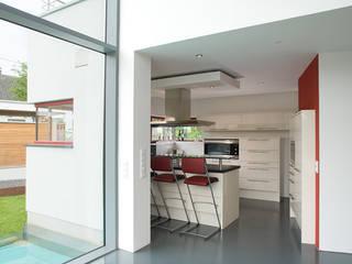 Blick vom Esszimmer in die Küche:  Küche von aaw Architektenbüro Arno Weirich