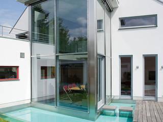 Blick auf den Wintergarten und das Wasserbasin Moderner Balkon, Veranda & Terrasse von aaw Architektenbüro Arno Weirich Modern
