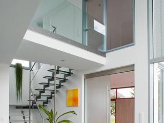 Blick vom Esszimmer in die Galerie: moderne Esszimmer von aaw Architektenbüro Arno Weirich