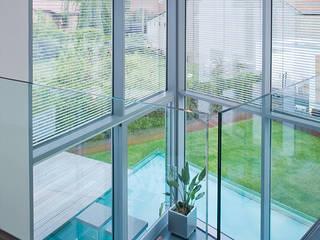 Blick aus dem Wintergarten in den Garten und auf das Wasserbasin: moderne Esszimmer von aaw Architektenbüro Arno Weirich