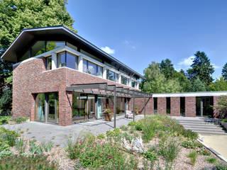 Einfamilienhaus mit schwebendem Dach und Veranda in Bremen: moderne Häuser von Möhring Architekten