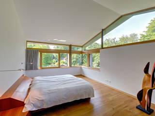 Einfamilienhaus mit schwebendem Dach und Veranda in Bremen Moderne Schlafzimmer von Möhring Architekten Modern