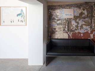 Couloir et hall d'entrée de style  par The Modern House