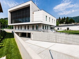 Sede Banca Prealpi a Tarzo:  in stile  di Artufficio s.r.l., Moderno