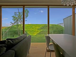 エンガワとドテのイエ: WAA ARCHITECTS 一級建築士事務所が手掛けた窓です。