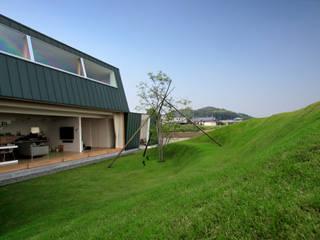 エンガワとドテのイエ: WAA ARCHITECTS 一級建築士事務所が手掛けた庭です。