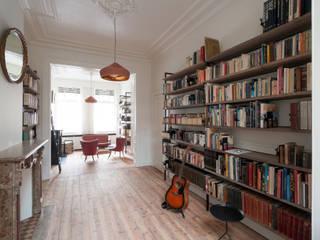 Woonkamer bibliotheek Salon minimaliste par homify Minimaliste