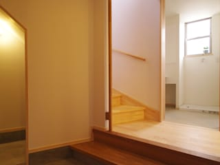 Pasillos y vestíbulos de estilo  de K+Yアトリエ一級建築士事務所, Ecléctico