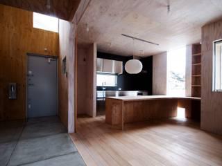 土間とステンレスキッチンと作業台 インダストリアルデザインの キッチン の AtelierorB インダストリアル 合板(ベニヤ板)