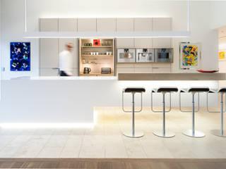 Luxusküche mit Kochinsel aus Mineralwerkstoff, nahtlos gearbeitet, einseitig frei schwebend: moderne Küche von Klocke Möbelwerkstätte GmbH