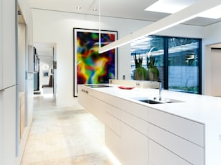 Luxusküche, Mineralwerkstoff als Front und Arbeitsplatte: moderne Küche von Klocke Möbelwerkstätte GmbH