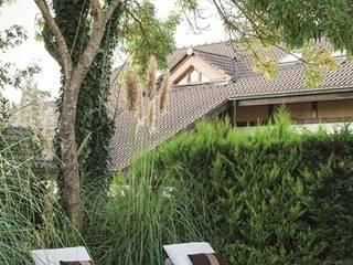 AK Design Studio – RIVA WINTER HOUSE:  tarz Bahçe