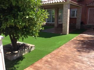 Hierba artificial jardín: Jardines de estilo moderno de Allgrass Solutions