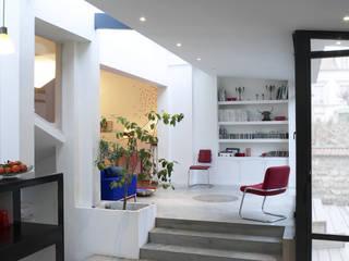 Création d'une extension moderne, sur une maison du début du 20 ème siècle: Salon de style  par Natalie Brun d'Arre