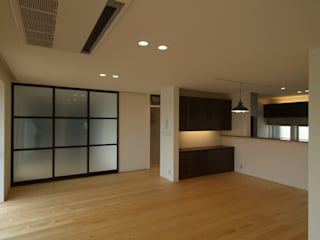 S-house: ai建築アトリエが手掛けたリビングです。,