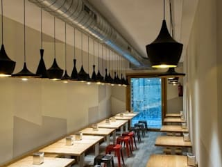 Espacio del comedor de planta baja: Locales gastronómicos de estilo  de agm arquitectos s.l.p.