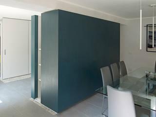 Casa V. Case in stile minimalista di IOTTI + PAVARANI ARCHITETTI Minimalista