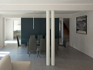 CASA V.  (Reggio Emilia): Case in stile in stile Minimalista di IOTTI + PAVARANI ARCHITETTI
