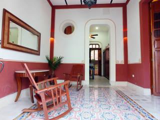 Colonial style corridor, hallway& stairs by Arturo Campos Arquitectos Colonial