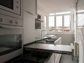 Muebles bajo encimera con cajones y mesa extraíble Cocinas de estilo moderno de Trestrastos Moderno