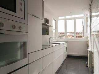 Muebles bajo encimera con cajones Cocinas de estilo moderno de Trestrastos Moderno