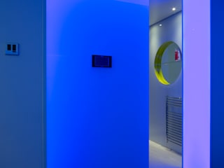 Illuminated entrance into the sauna:  Bathroom by Applelec