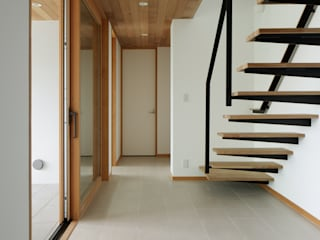 階段~甲府 I さんの家: atelier137 ARCHITECTURAL DESIGN OFFICEが手掛けた廊下 & 玄関です。