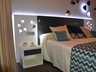 Diseño del stand, los muebles y el interiorismo para Mobenia y Comersan en la feria INTERIHOTEL 2014 Dormitorios de estilo moderno de Mireia Cid Moderno
