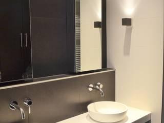 """""""Grachten"""" Haus Amsterdam:  Badezimmer von RON Stappenbelt, Interiordesign"""