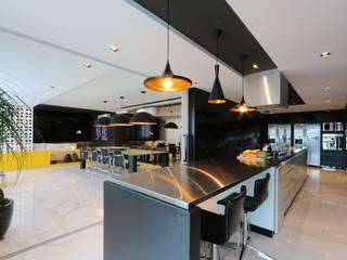ミニマルデザインの キッチン の ZAAV Arquitetura ミニマル