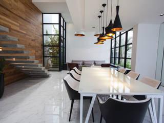 Minimalist dining room by ZAAV Arquitetura Minimalist