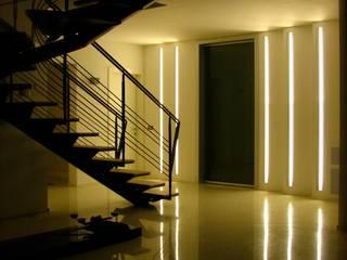 Casa Privata: Ingresso & Corridoio in stile  di A+R Architects