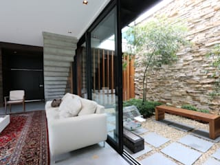 Minimalist conservatory by ZAAV Arquitetura Minimalist