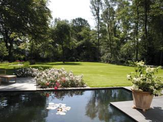 Blick über das Wasserbecken in den großzügig angelegten Garten: moderner Garten von Grünplanungsbüro Jörg baumann