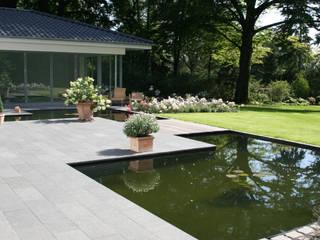 Terrasse aus Basalt mit Wasserbecken:  Garten von Grünplanungsbüro Jörg baumann