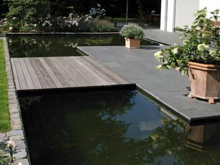 Holzsteg aus Bangkirai in Verbindung mit Wasserfläche und Basalt Natursteinplatten:  Garten von Grünplanungsbüro Jörg baumann