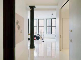 Noho Loft, New York Minimalist corridor, hallway & stairs by studioMDA Minimalist