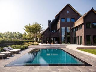 Wellnesstuin verbonden met het omliggende landschap: modern Zwembad door Studio REDD exclusieve tuinen