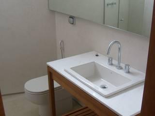 Modern Bathroom by Andréa Menezes & Franklin Iriarte Modern
