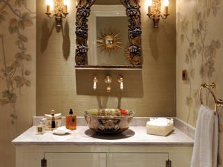 Banheiros  por homify , Clássico