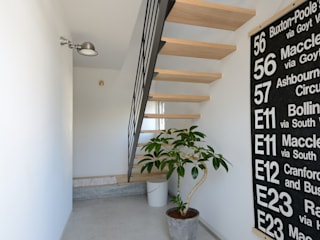 Modern Corridor, Hallway and Staircase by 石躍健志建築設計事務所 Modern