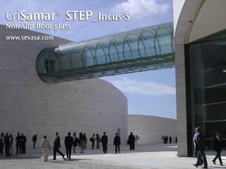 CriSamarSTEP_Incus-S nonslip floor glass: Museos de estilo  de SEVASA