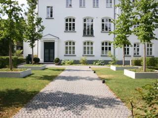 """Wohnanlage """"Alte Schule"""", Zugang :  Garten von Grünplanungsbüro Jörg baumann"""