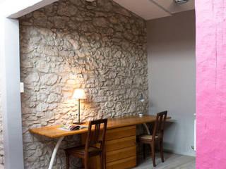 Maison de village - bureau: Bureau de style  par Koloré