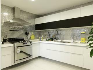 Apartamento St Paul de vence: Cozinhas  por Carlos Otávio Arquitetura e Interiores,Moderno