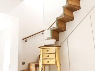 Flur mit Einbauschränken und freigelegter Treppe:  Flur & Diele von raumatmosphäre pantanella