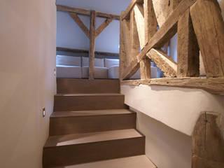 Коридор, прихожая и лестница в рустикальном стиле от Atelier TO-AU Рустикальный